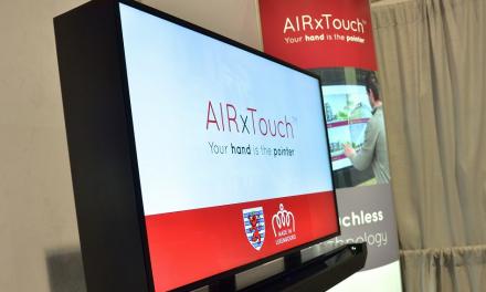 AIRxTOUCH BAR fait d'une vitrine de magasin un écran interactif