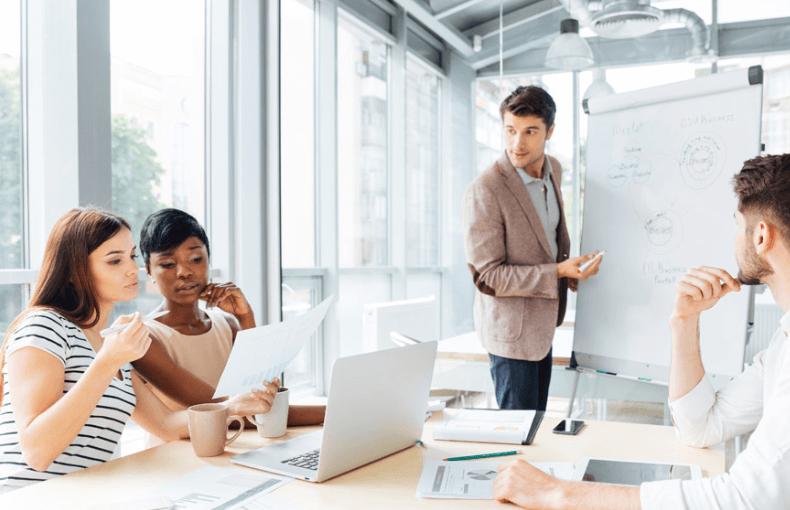 Des programmes de formation qui ne motivent pas... Plus de la moitié des employés développent leurs compétences par leurs propres moyens afin de rester compétitifs.