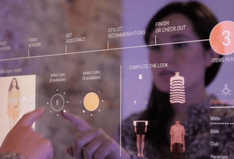 Arrivée du Retail Mirror, miroir connecté. Mastercard dévoile les dernières technologies de paiement lors du Mobile World Congress à Barcelone.