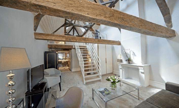 Hôtel cinq étoiles, répertorié depuis 2011 dans le guide Relais & Châteaux, le Place d'Armes attire par son charme et son raffinement. Une adresse différente pour parler affaires... et retrouver le temps de vivre.