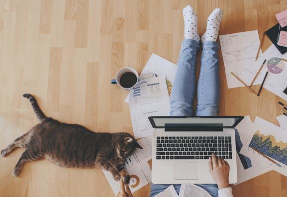 Analysant les mutations de nos habitudes de travail, Jabra relativise l'importance des espaces de bureaux. Travailler à la maison serait plus productif !